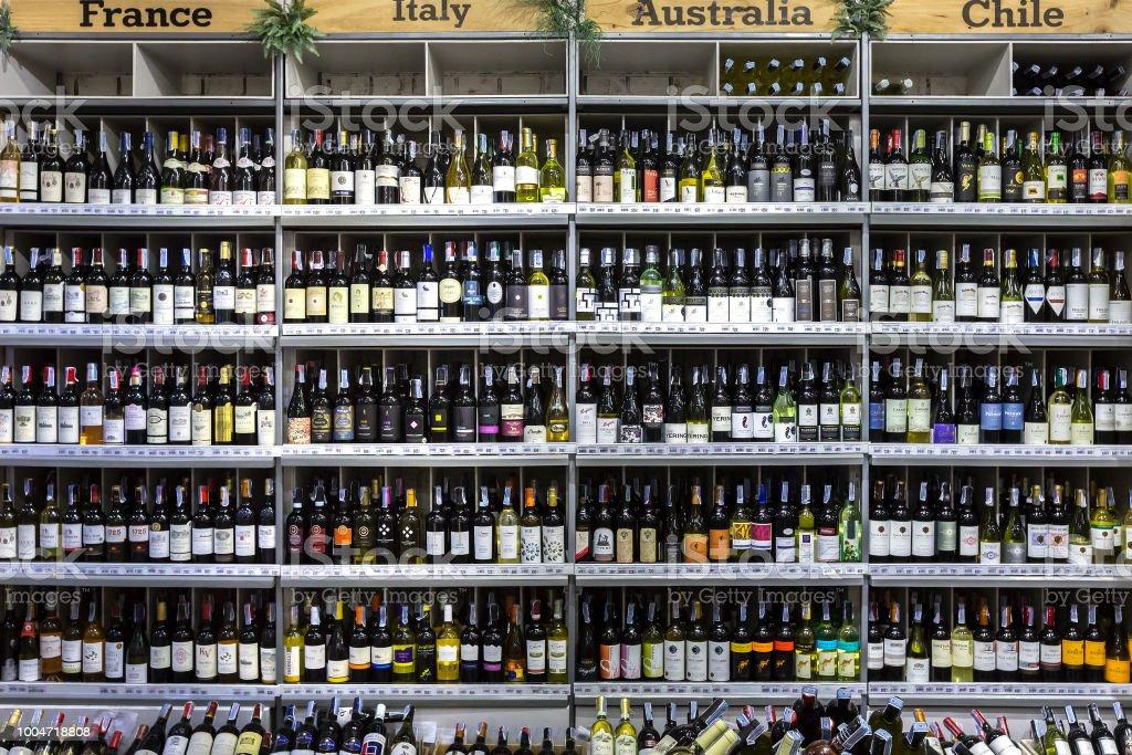 Set van alcohol flessen op een plank bij de supermarkt. foto