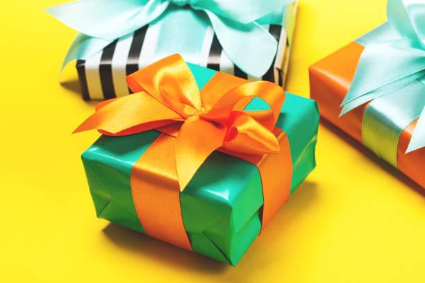 黄色の背景に魅力的な贈り物のセット - 誕生日の贈り物 ストックフォトと画像
