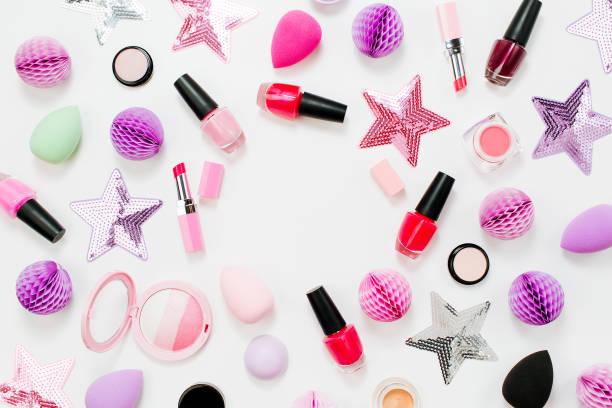 set von beauty-accessoire und make-up-kosmetikprodukte. wohnung gelegt - rosa glitzer nägel stock-fotos und bilder