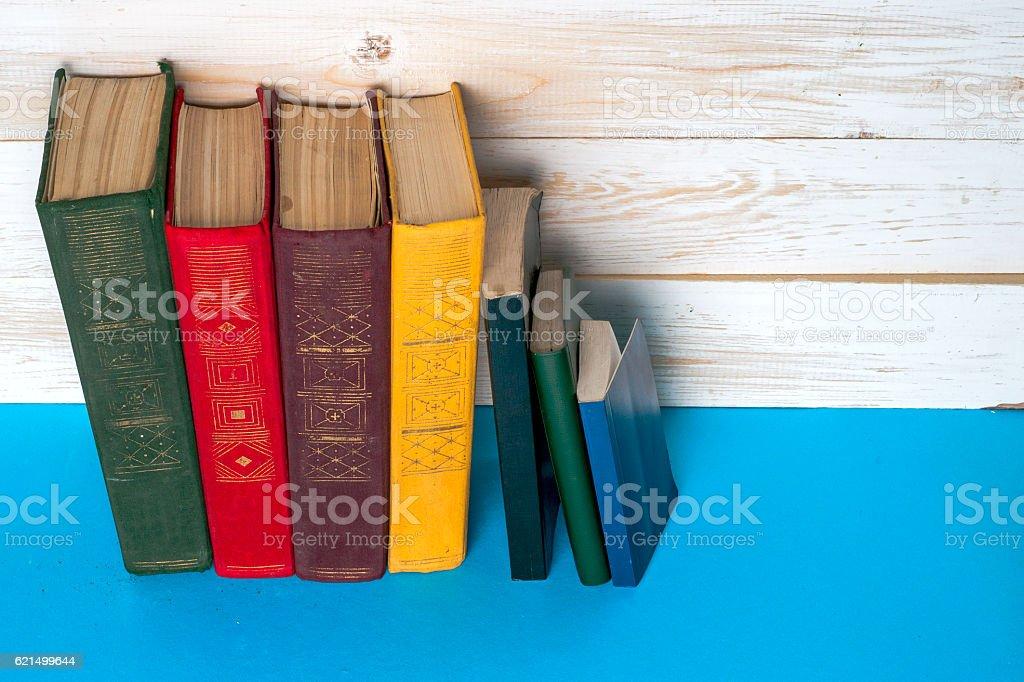 Gruppo di libri nella libreria. Conoscenza e la scienza. Viraggio. foto stock royalty-free