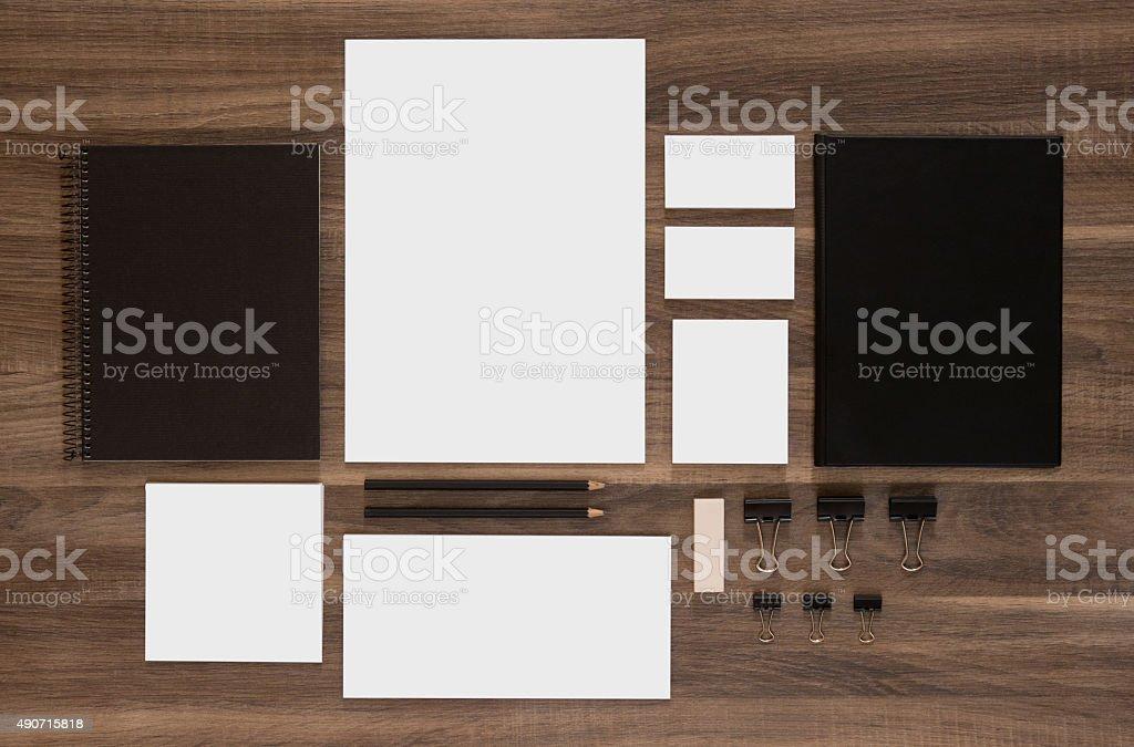 Ensemble de marquage plans sur le bureau en bois brun - Photo