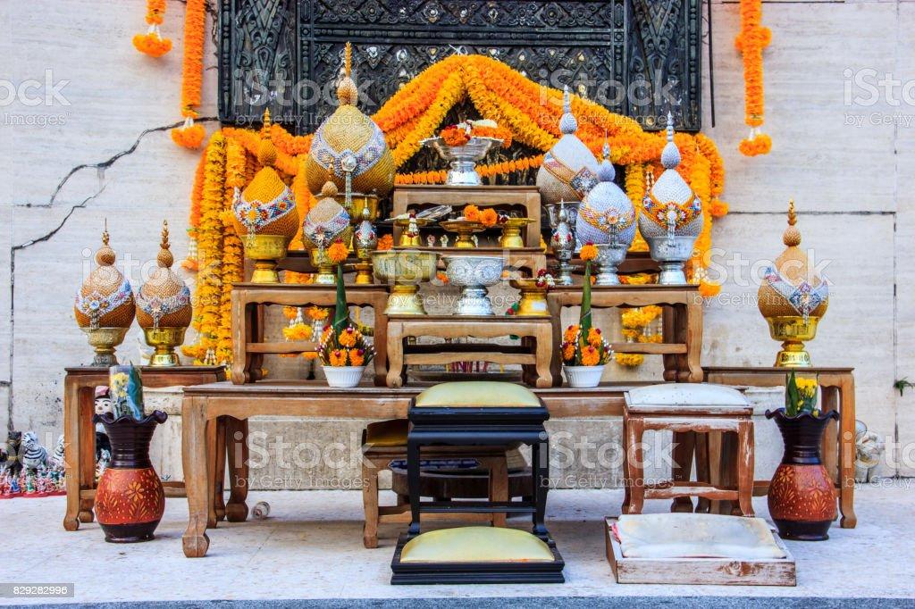 Conjunto de mesa de altar budista é o ponto focal para invocar seres sagrados para descer e ficar a fim de enriquecer a sabedoria e compaixão do praticante e sua família diariamente até a iluminação perfeita é alcançado. - foto de acervo