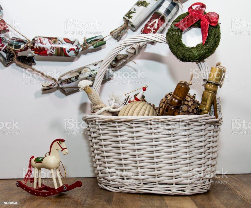 Set of Christmas ornaments in white wicker basket Lizenzfreies stock-foto