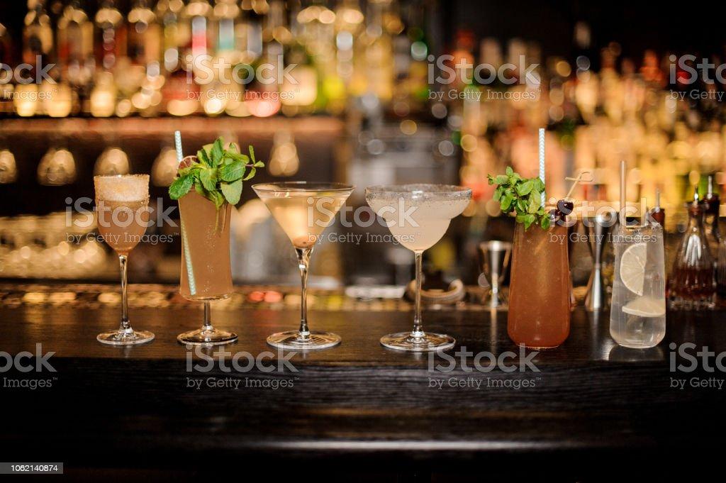 Satz von klassischen Cocktails: Dirty Martini, Sherry Cobbler, Brandy Crusta, Margarita, Cobras Fang und Tom Collins – Foto