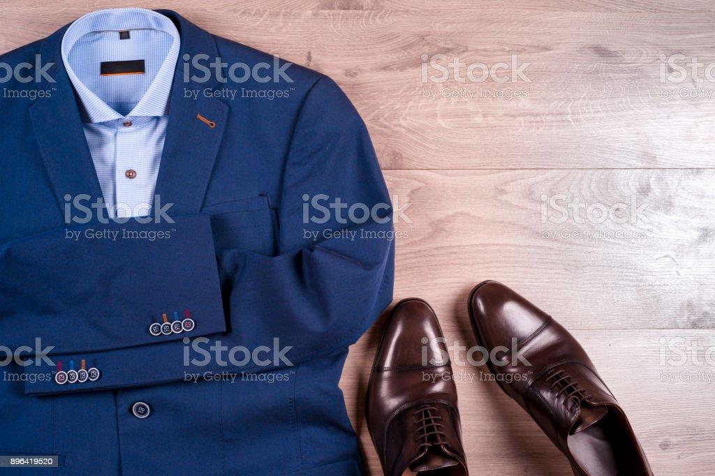 6d500219f8fe95 Satz Von Klassischen Herrenkleidung Blauen Anzug Hemd Braune Schuhe ...