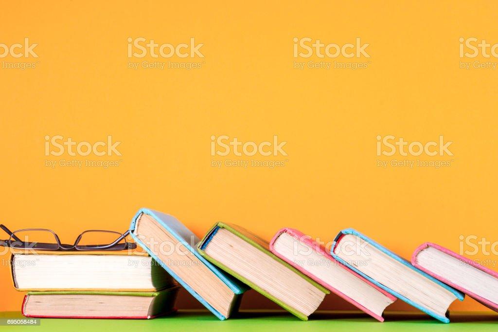 Fotografía de Conjunto De Libros De Colores Sobre Fondo De Colores ...