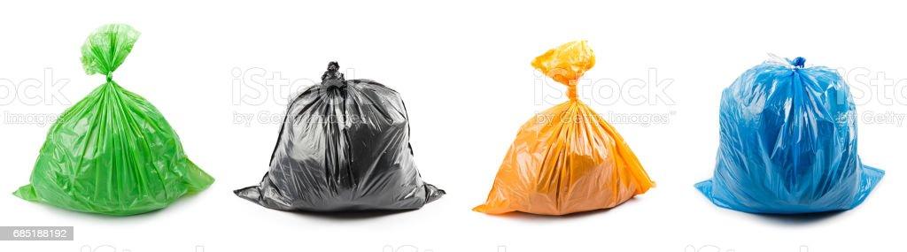 Eine Reihe von farbigen Müllsäcke isoliert auf weißem Hintergrund. – Foto