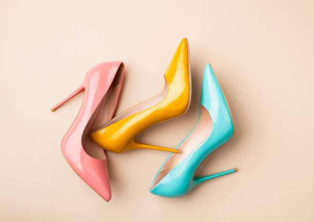 conjunto de sapatos coloridos femininos em fundo bege - moda de calçados - fotografias e filmes do acervo