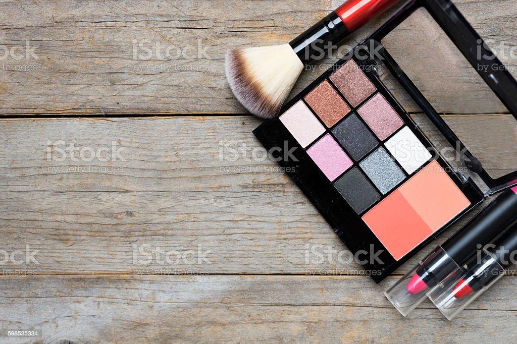 Gruppo di cosmetici su sfondo colorato tavolo - foto stock