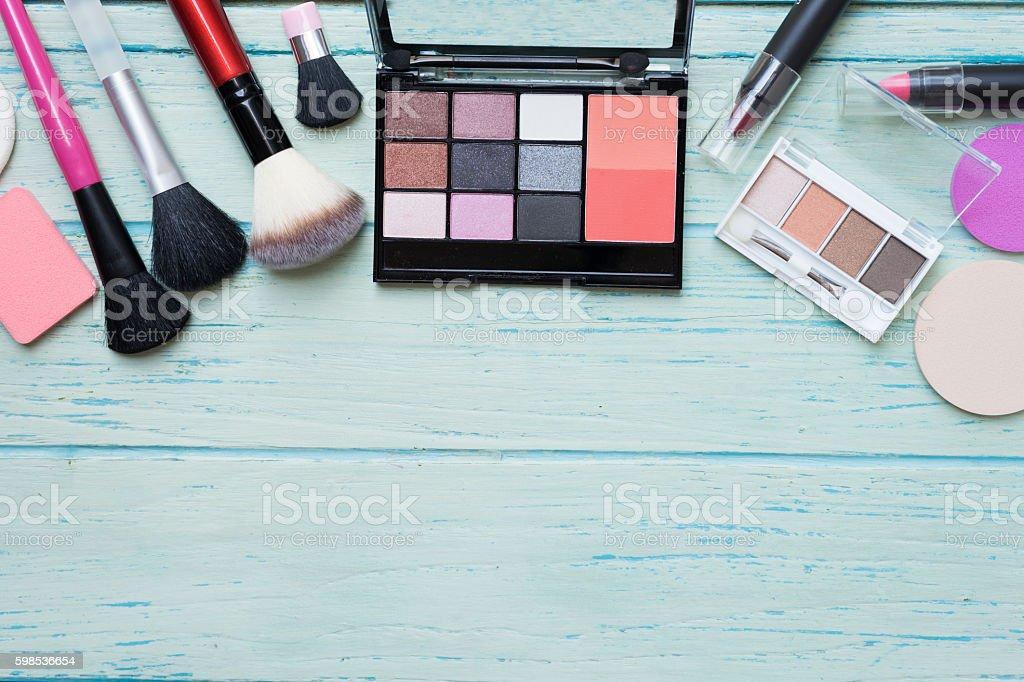 Ensemble de produits cosmétiques sur fond coloré de Tableau photo libre de droits