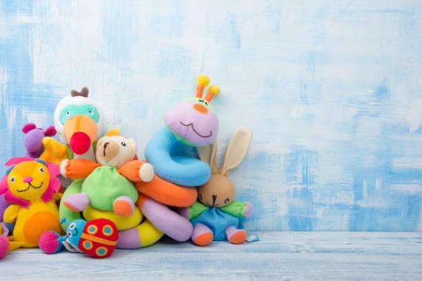 ensemble de cadre de jouets enfants coloré. espace copie de texte - doudou photos et images de collection