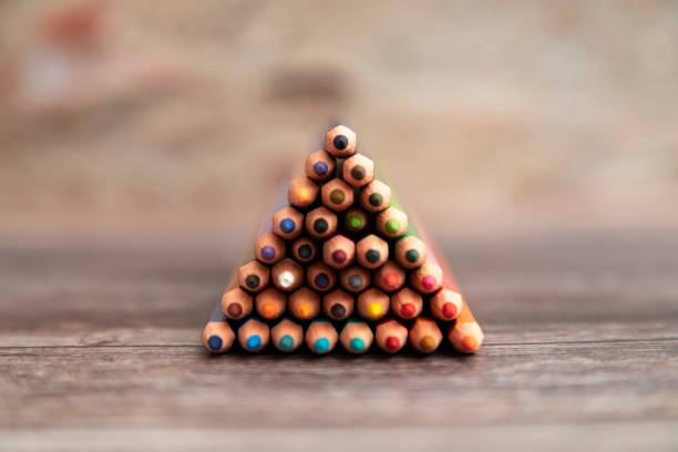 Set von bunten Bleistiften auf einem Holzhintergrund. – Foto