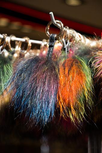 Reeks Van Kleurrijke Pompoms In De Bazaar Stockfoto en meer beelden van Decoraties