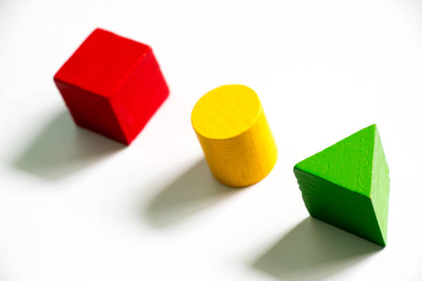 Set de juguete de madera colorida de la forma (cuadrado, triángulo, redondo) sobre fondo blanco - foto de stock