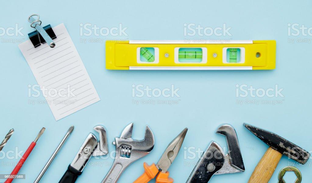 Ensemble d'outils de construction sur bleu plat poser comme clé, marteau, pinces, clé à douille, clé, bilan hydrique, perceuse électrique, tournevis. Fête de pères - Photo de Acier libre de droits