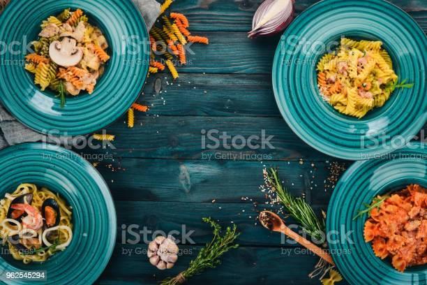 Foto de Um Conjunto De Pastas Cozidas Em Placas Sobre Um Fundo De Madeira Cozinha Italiana Vista Superior Copie O Espaço e mais fotos de stock de Almoço