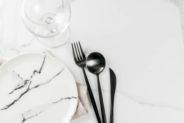 satz von besteck auf marmortisch - chrome menü stock-fotos und bilder
