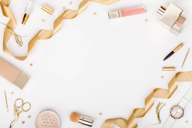 satz der dekorativen kosmetik, make-up-tools und zubehör auf weißem hintergrund mit textfreiraum für text. schönheit, mode, party und shopping-konzept. flache laien rahmen zusammensetzung, ansicht von oben - schöne bilderrahmen stock-fotos und bilder