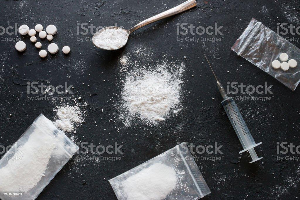 Reihe von verschiedenen Medikamenten - Pulver und Pillen und eine Spritze auf schwarzem Hintergrund – Foto