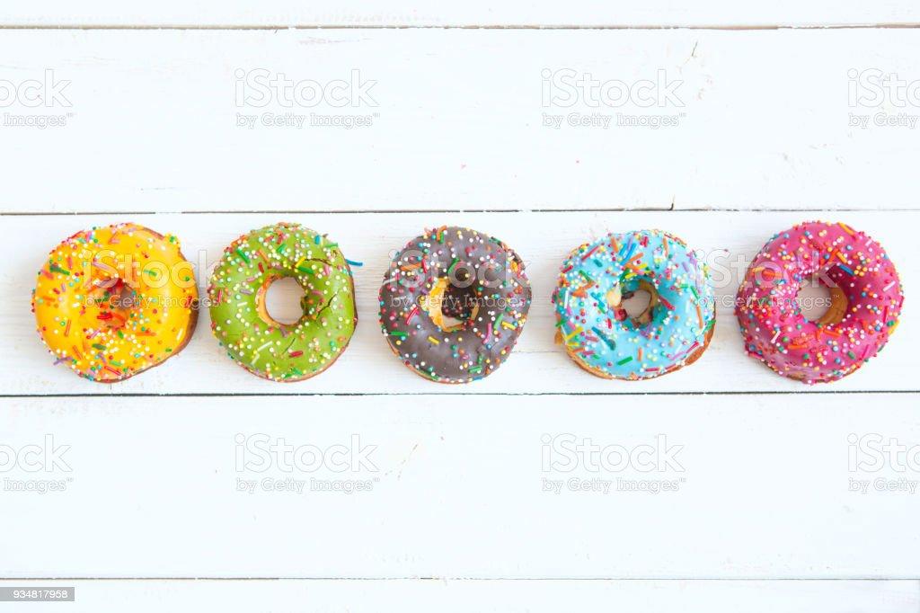 흰색 나무 배경 도넛 세트 - 로열티 프리 0명 스톡 사진