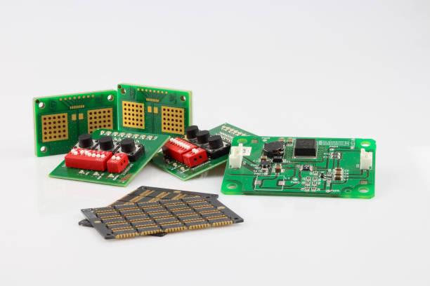 satz von elektronischen komponenten isoliert auf weißem hintergrund. leiterplattenmontage - prototype stock-fotos und bilder
