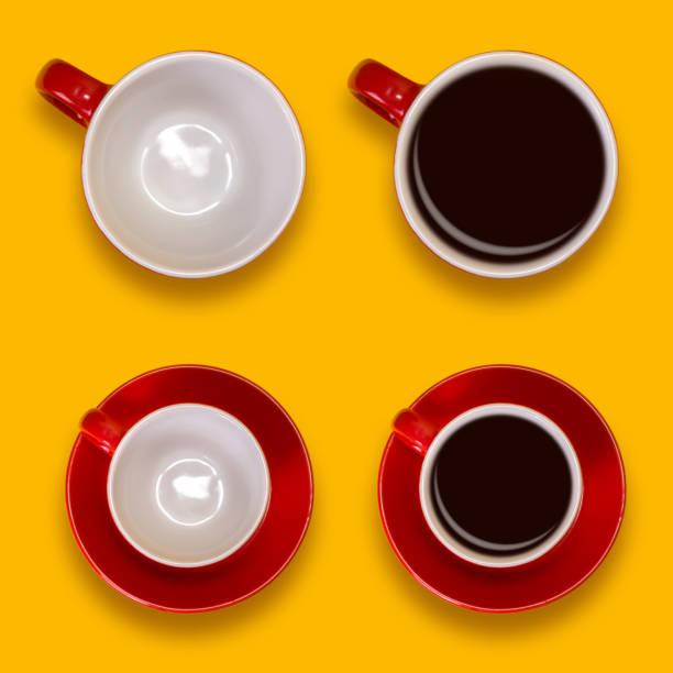 satz von leeren und vollen roten tassen und eine untertassen. kaffee auf einem gelben hintergrund - rotes oberteil stock-fotos und bilder