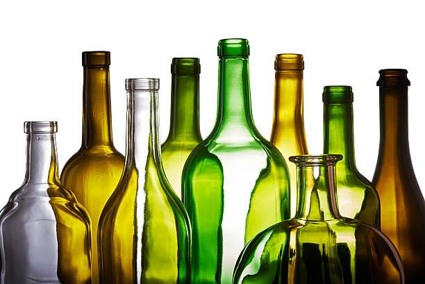 satz von leeren flaschen isoliert auf weißem hintergrund - recycelte weinflaschen stock-fotos und bilder