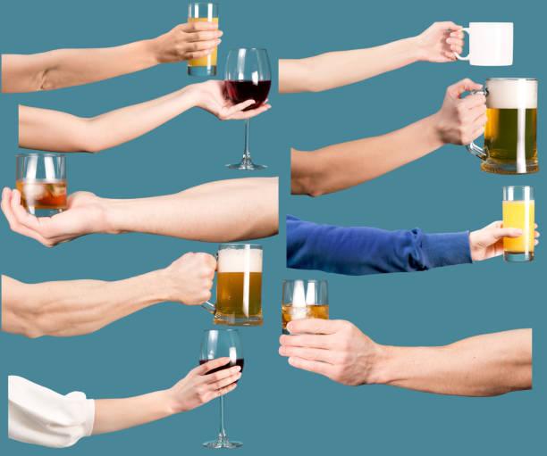 Juego de manos femeninas y masculinas con bebidas alcohólicas y no alcohólicas. - foto de stock