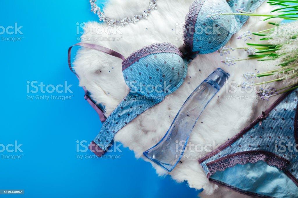 61d029d2bad5 Conjunto de roupa interior feminina, com joias, perfumes e primavera flores  foto de stock