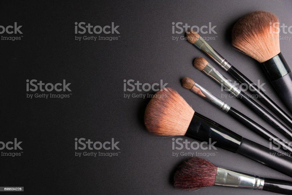Satz von flach Draufsicht der verschiedenen professionellen weiblichen Kosmetik Pinsel für Make-up isoliert auf schwarzem Hintergrund, Kosmetik-Konzept, Make-up-Konzept, Raum-Bild für Ihren Text kopieren, flach legen. – Foto