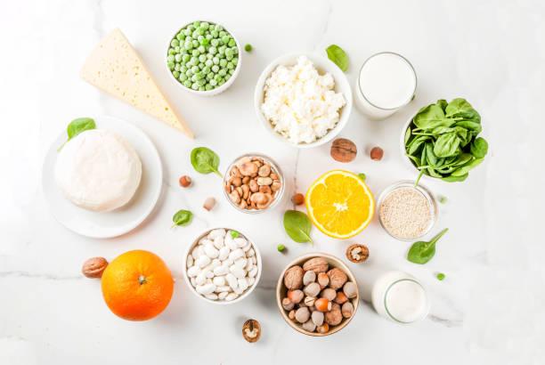 富含鈣的食物集 - 鈣 個照片及圖片檔