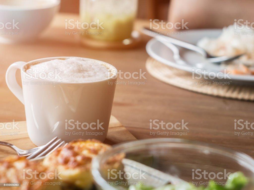 Satz von Essen, Salat, gebackene Spinat mit Käse und Kaffee – Foto