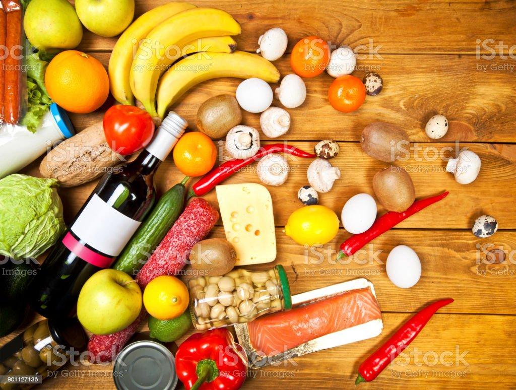 Satz von Fuits, Gemüse und anderen Produkten auf Holztisch – Foto