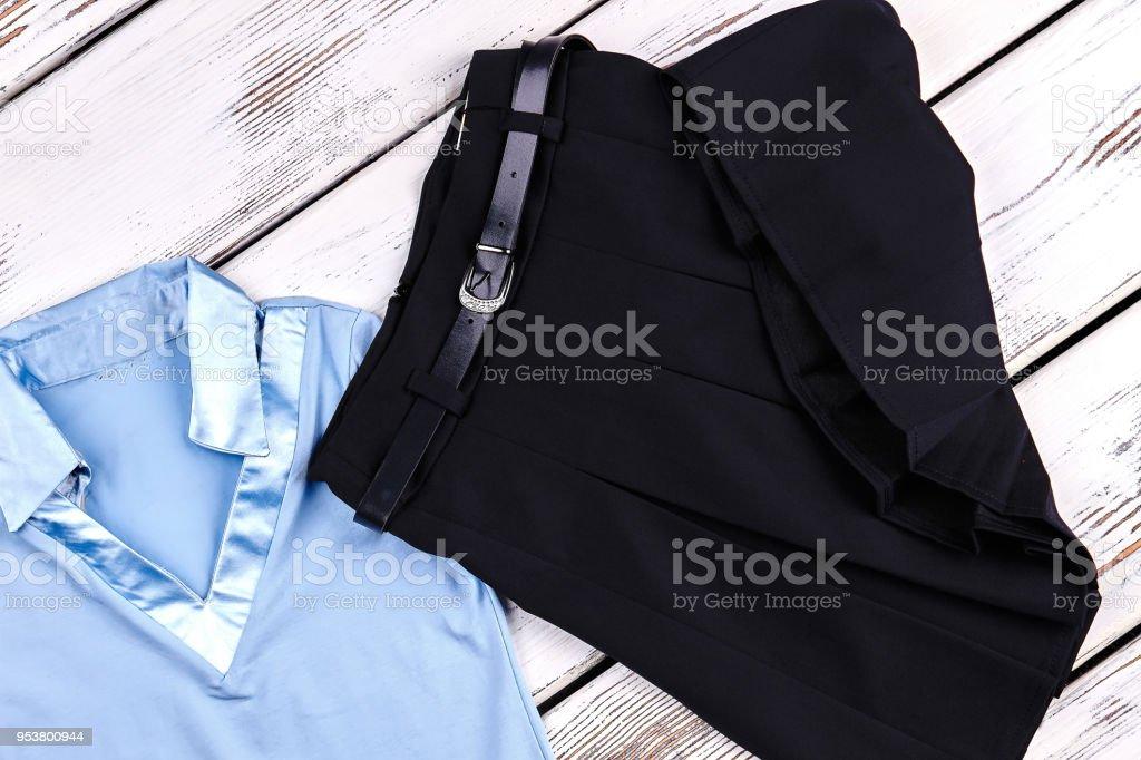 6590b9612 Conjunto De Ropa De Escuela De Niñas Foto de stock y más banco de imágenes  de A la moda