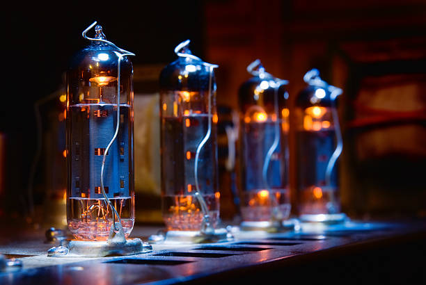 set of glowing vacuum electron tubes - radiobuis stockfoto's en -beelden