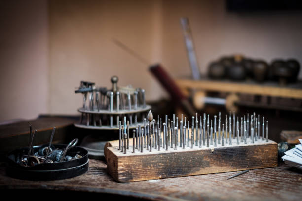Schleifstift-Fräsen, Schneiden, Polieren, Bohren auf der Werkbank – Foto