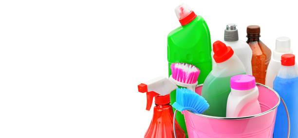 Set von Haushaltschemikalien und Bürsten für die Reinigung isoliert auf weißem Hintergrund. – Foto