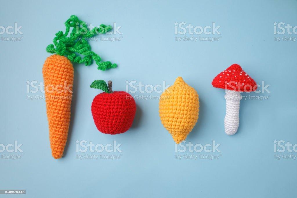 conjunto de juguetes punto limón, zanahoria, manzana, amanita sobre fondo azul. Antes táctil desarrollo de los niños, juguetes artesanales, concepto de menú vegetariano - foto de stock