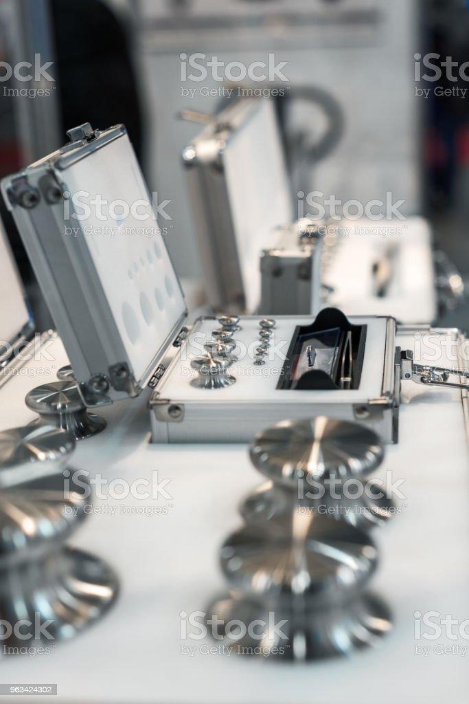 Un ensemble de poids de laboratoire. Poids de haute précision pour les mesures de poids standard - Photo de Acier libre de droits