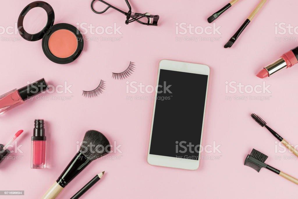 Satz von Make up Pinsel und Kosmetik mit Smartphone – Foto