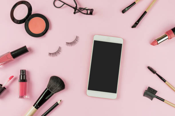 jeu de maquillage de brosses et de cosmétiques avec téléphone intelligent - maquillage et cosmétiques photos et images de collection