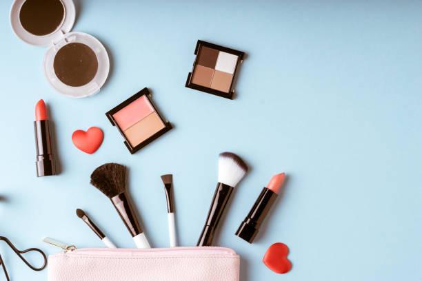 在頂視圖,復古風格上設置的化妝化妝品袋 - 美容品 個照片及圖片檔