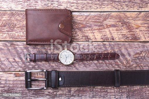 43fe01a3a494 1125955952istock Conjunto de accesorios de los hombres para el negocio con  correa de cuero