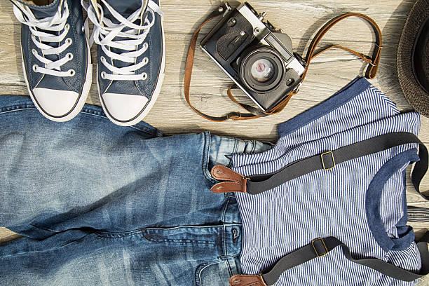 Conjunto de roupas masculinas e acessórios na mesa de madeira. - foto de acervo