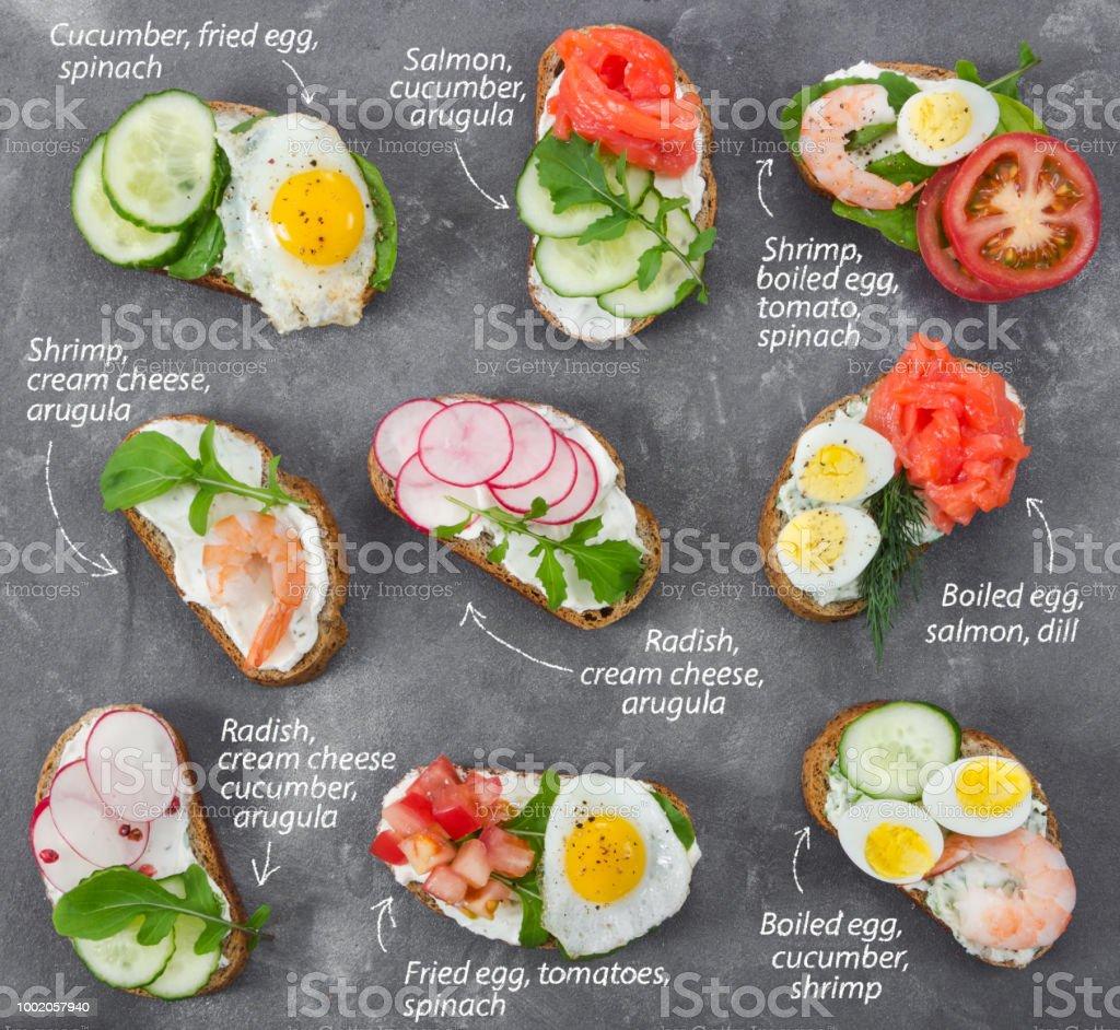 Ensemble de mini-sandwiches sur fond gris de Pierre - Photo