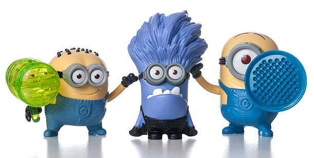 satz von minions mcdonalds happy mahlzeit spielzeug - minion thema stock-fotos und bilder