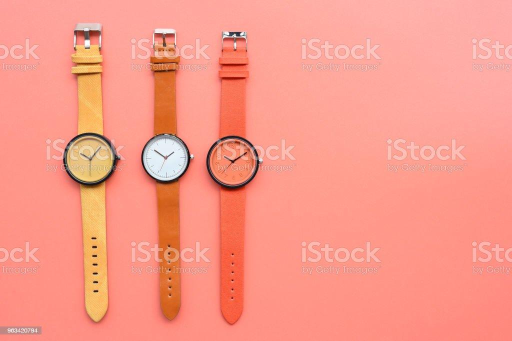 Zestaw wielokolorowych zegarków na rękę - Zbiór zdjęć royalty-free (Akcesorium osobiste)