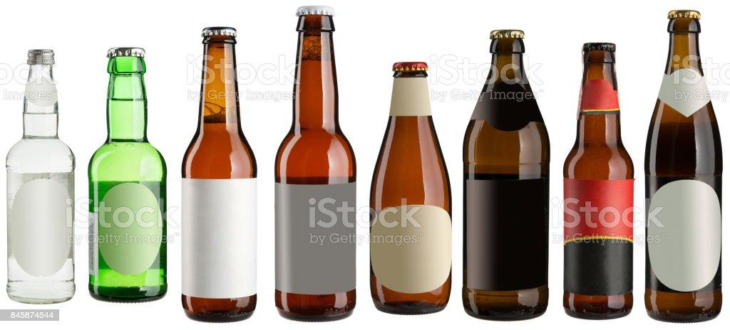 Conjunto de varias botellas de cerveza con pegatinas en blanco aislados en blanco - foto de stock