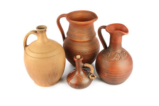 Satz von alten Keramik Topf - Küche Retro-Ausrüstung der Küche isoliert auf weißem Hintergrund. – Foto