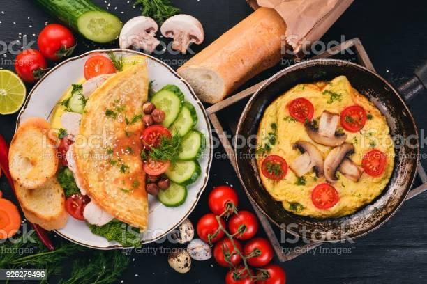 Eine Reihe Von Omelette Mit Gemüse Pilzen Und Huhn Auf Einem Hölzernen Hintergrund Ansicht Von Oben Kopieren Sie Raum Stockfoto und mehr Bilder von Brotsorte